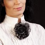 брошь на воротнике блузки