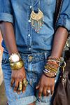 джинсовая рубашка с браслетами
