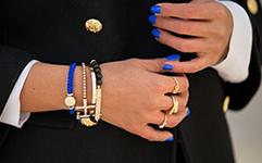 сочетание синего браслета и лака для ногтей