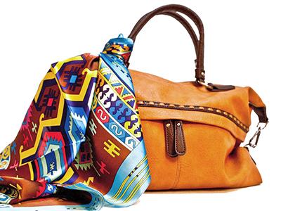 шейный платок повязан на ручку дамской сумки