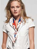 шейный платок, завязанный галстучным узлом
