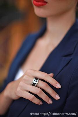 широкое кольцо на тонких и длинных пальцах